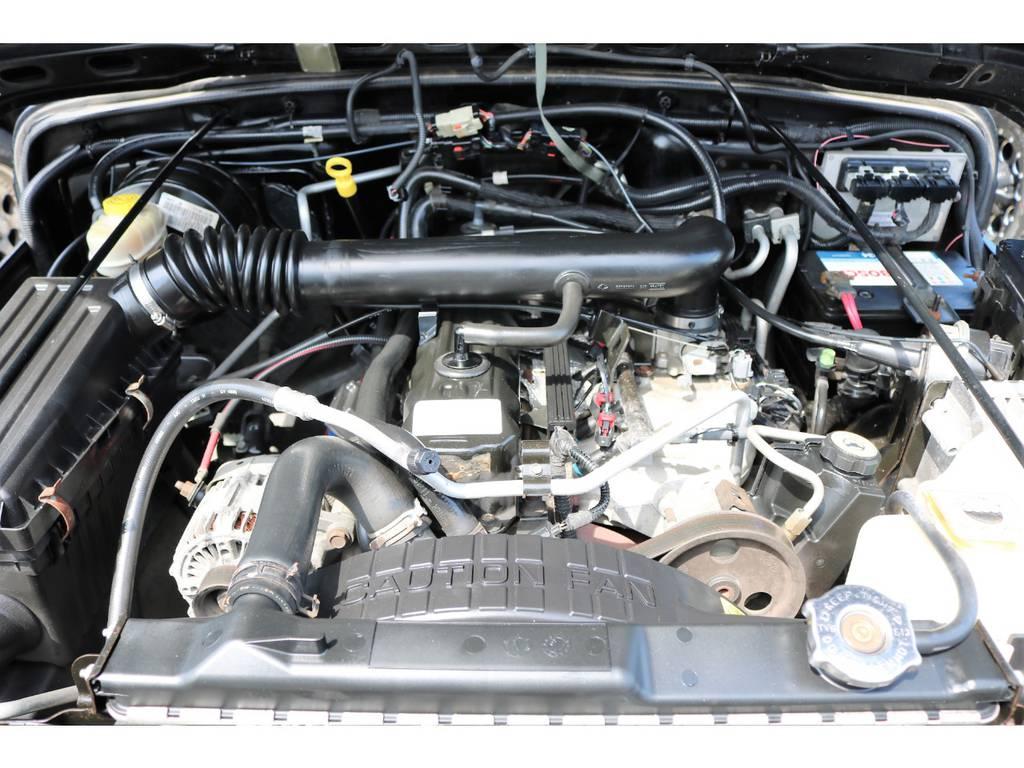 ご覧の様に綺麗なエンジンルーム☆別途安心メンテナンスパックもご用意しております。詳細はお気軽にスタッフまで♪ | ジープ ラングラー サハラ ハードトップ 4WD アンヴィルNEWペイント