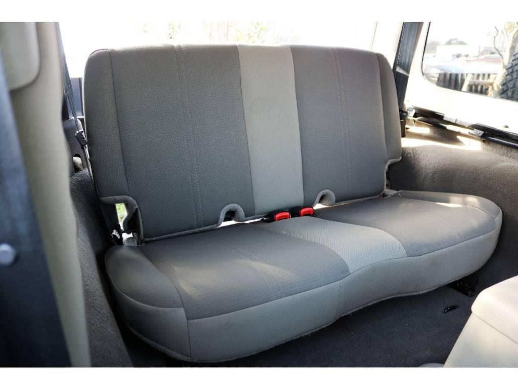 セカンドシートはワンタッチで折り畳み可能です♪ | ジープ ラングラー サハラ ハードトップ 4WD アンヴィルNEWペイント