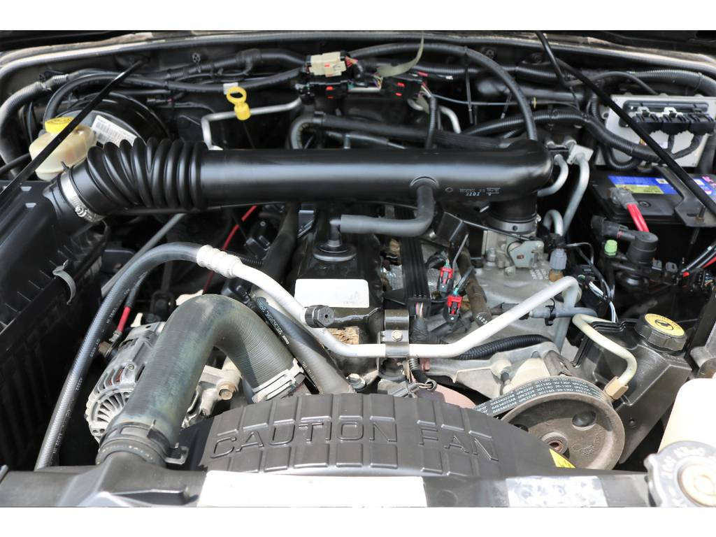 ご覧の様に綺麗なエンジンルーム☆別途安心メンテナンスパックもご用意しております。詳細はお気軽にスタッフまで♪   ジープ ラングラー スポーツ ソフトトップ 4WD
