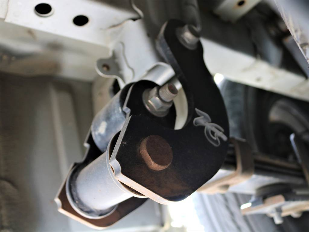 コンフォートシャックル装着済みです!乗り心地も大きく改善されております! | トヨタ レジアスエース 3.0 スーパーGL ロングボディ ディーゼルターボ 4WD 16inバルベロ ベッド フリップダウン