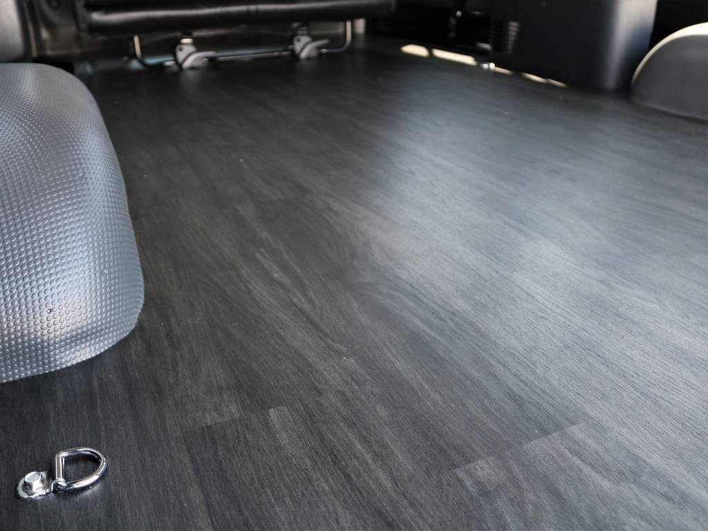上品な木目調フロアです! | トヨタ ハイエースバン 2.8 DX ワイド スーパーロング ハイルーフ GLパッケージ ディーゼルターボ 4WD フロアー施工&トリムレザーPKG