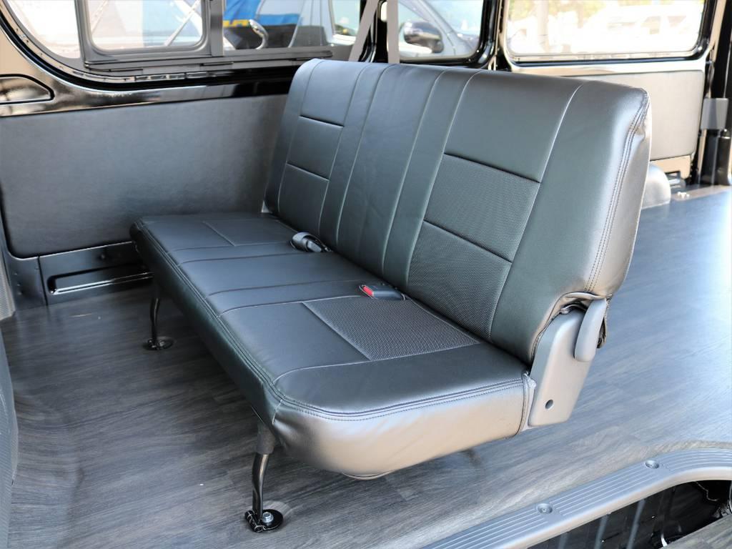 後部座席も黒革調シートカバーを装備! | トヨタ ハイエースバン 2.8 DX ワイド スーパーロング ハイルーフ GLパッケージ ディーゼルターボ 4WD フロアー施工&トリムレザーPKG