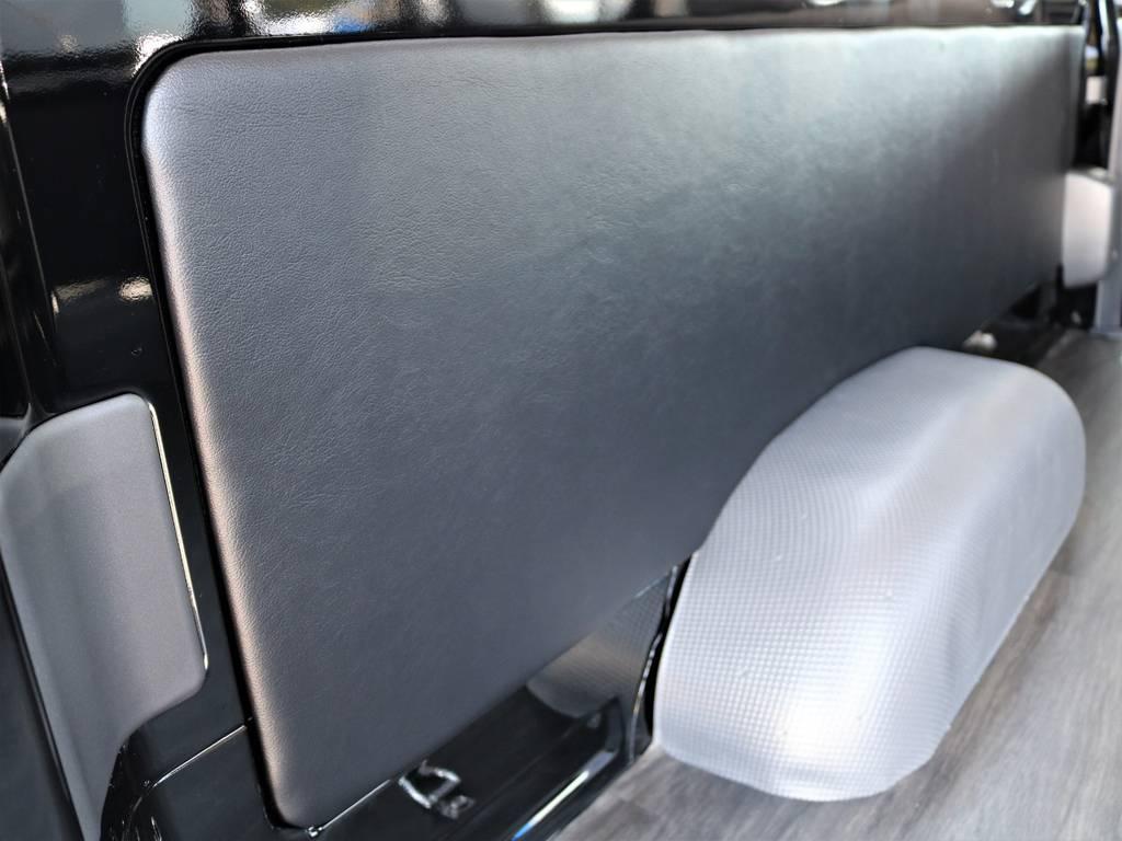 リアはトリムパネルレザー施工によりを上品な車内を演出! | トヨタ ハイエースバン 2.8 DX ワイド スーパーロング ハイルーフ GLパッケージ ディーゼルターボ 4WD フロアー施工&トリムレザーPKG