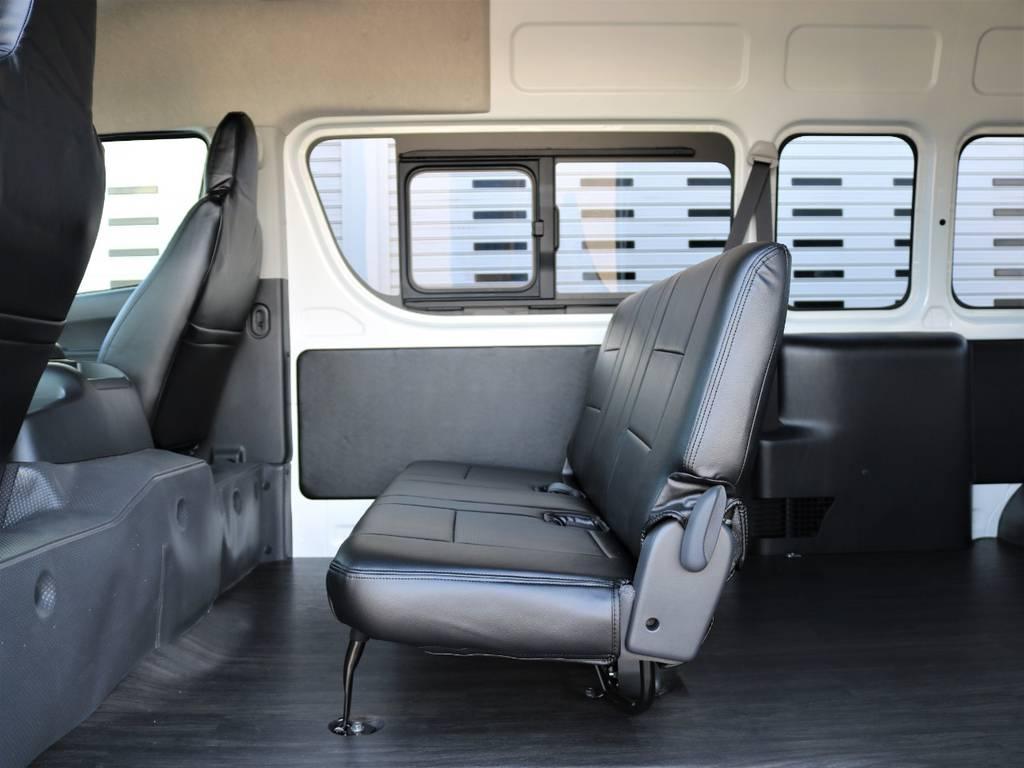 後部座席は畳んで跳ね上げることが可能です!   トヨタ ハイエースバン 2.8 DX ワイド スーパーロング ハイルーフ GLパッケージ ディーゼルターボ 4WD フロアー施工&トリムレザーPKG