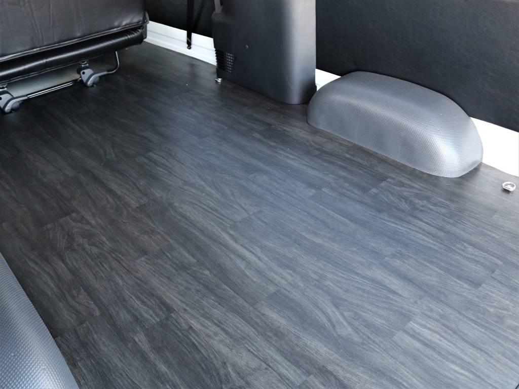 黒木目調でオシャレな床張り!   トヨタ ハイエースバン 2.8 DX ワイド スーパーロング ハイルーフ GLパッケージ ディーゼルターボ 4WD フロアー施工&トリムレザーPKG