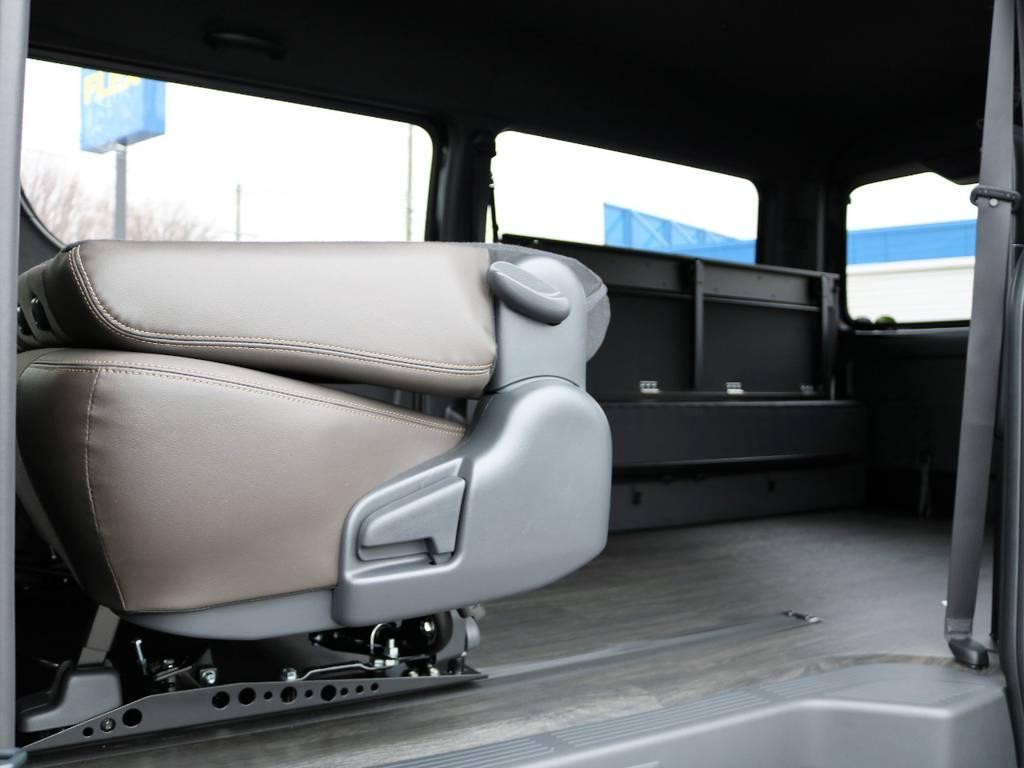 座席自体を前側に目一杯スライドさせることができるので、後部座席を跳ね上げなくても荷室を広げられます!   トヨタ ハイエースバン 2.7 スーパーGL 50THアニバーサリー リミテッド ワイド ミドルルーフ ロングボディ4WD FU-Wスライドシート
