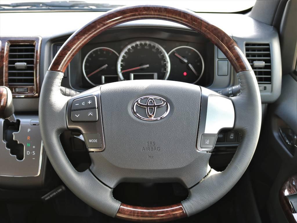 握りやすく見た目に上品なマホガニー調コンビハンドル!   トヨタ ハイエースバン 2.7 スーパーGL 50THアニバーサリー リミテッド ワイド ミドルルーフ ロングボディ4WD FU-Wスライドシート