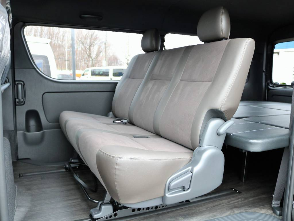 もちろんベッドをフルに展開している状態でも、後部座席は通常の配置にできます!   トヨタ ハイエースバン 2.7 スーパーGL 50THアニバーサリー リミテッド ワイド ミドルルーフ ロングボディ4WD FU-Wスライドシート