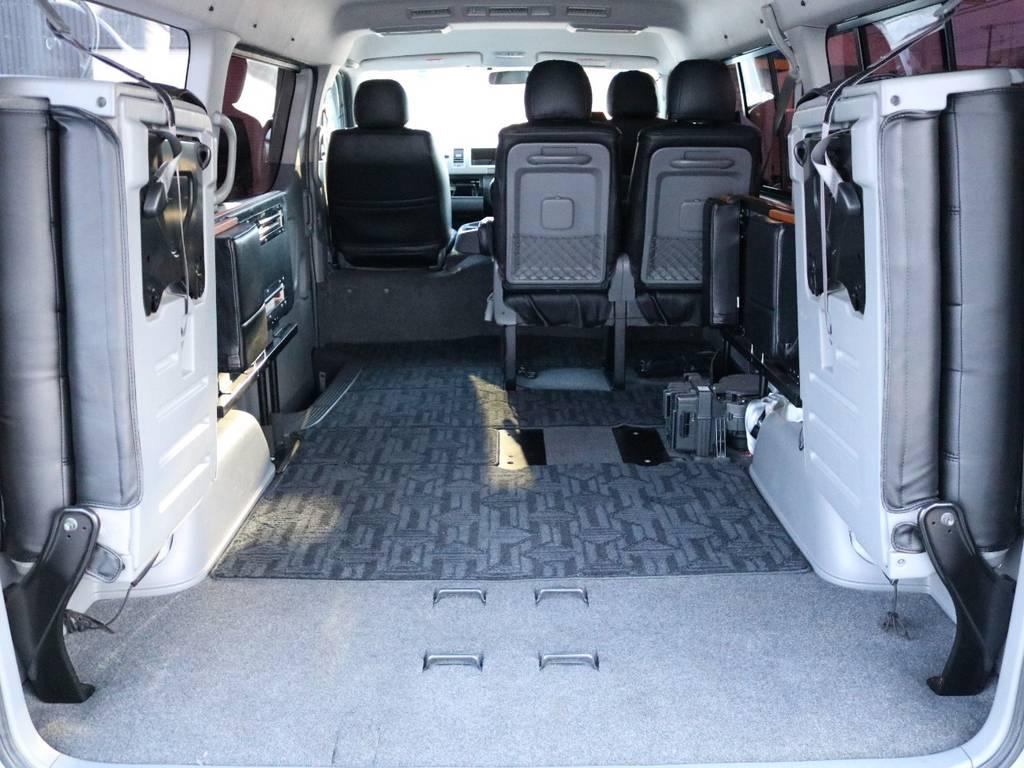 ベッドを左右に跳ね上げれば広大な荷室に! | トヨタ ハイエース 2.7 GL ロング ミドルルーフ 4WD 内装架装車輌