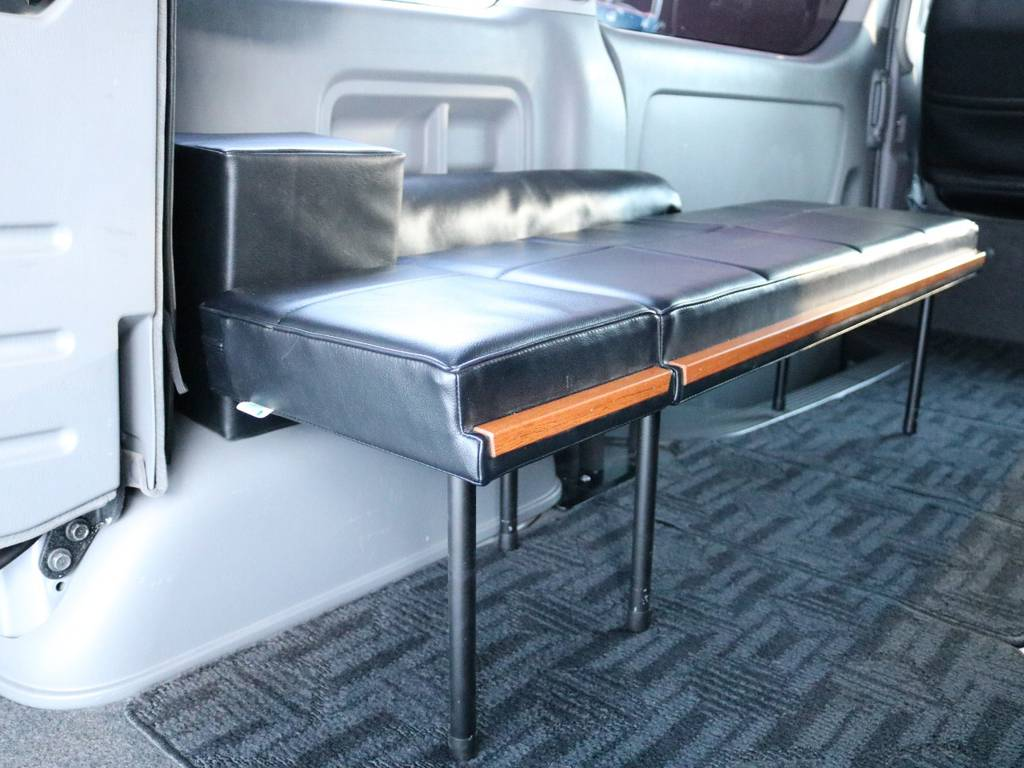 休憩時には対面式のベンチとしても利用できます! | トヨタ ハイエース 2.7 GL ロング ミドルルーフ 4WD 内装架装車輌