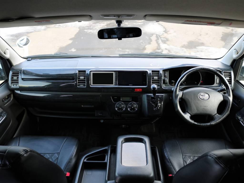 黒木目調のアクセントが効いたハンドルやインテリアパネルとなっております! | トヨタ ハイエース 2.7 グランドキャビン 4WD