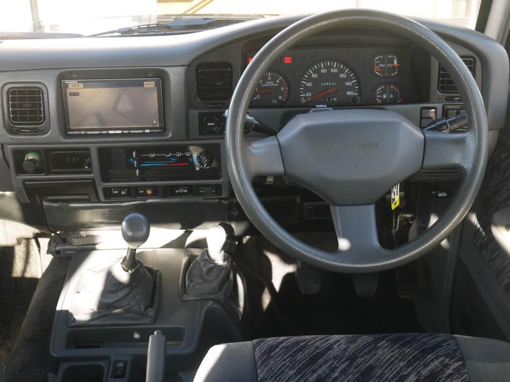 ハンドルも純正のまま、まとまった仕上がりになっております! | トヨタ ランドクルーザープラド 3.0 SXワイド ディーゼルターボ 4WD 5MTのショートボディー