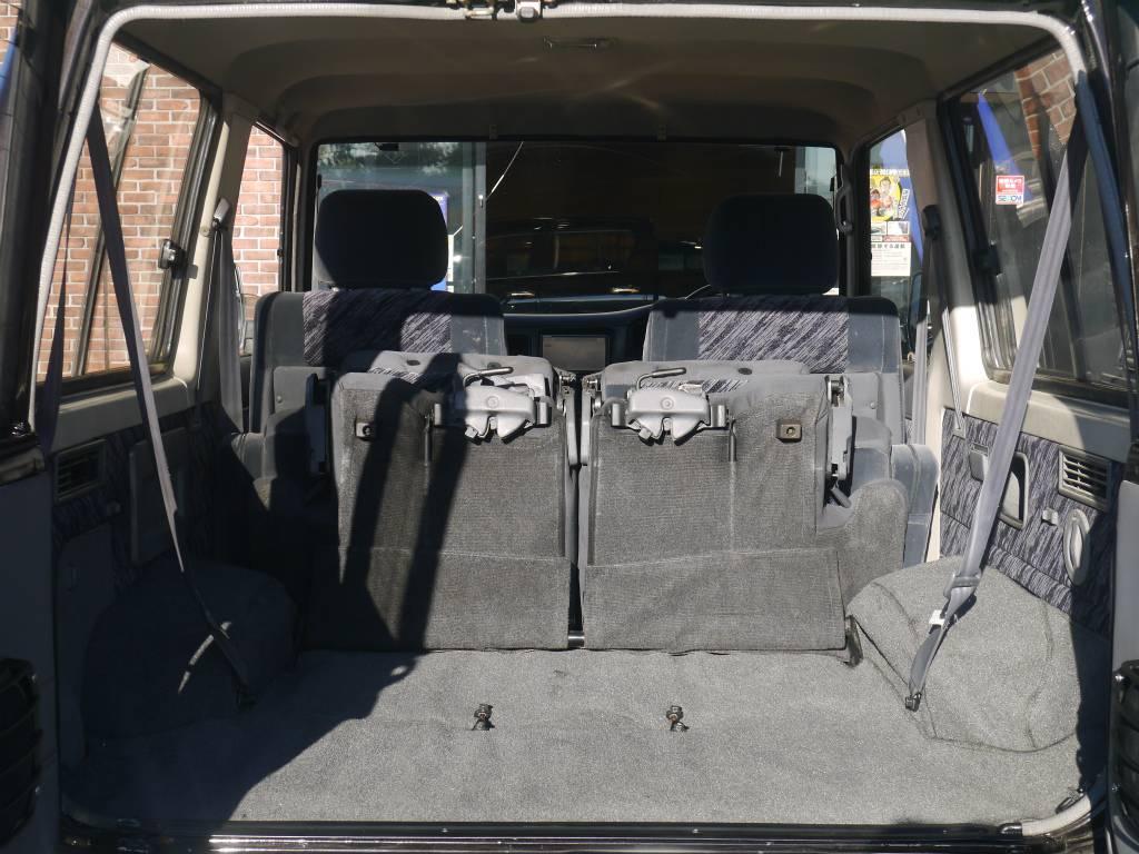キャンプへ行く際にはここにたくさんの荷物を積んで出かけたいですね! | トヨタ ランドクルーザープラド 3.0 SXワイド ディーゼルターボ 4WD 5MTのショートボディー