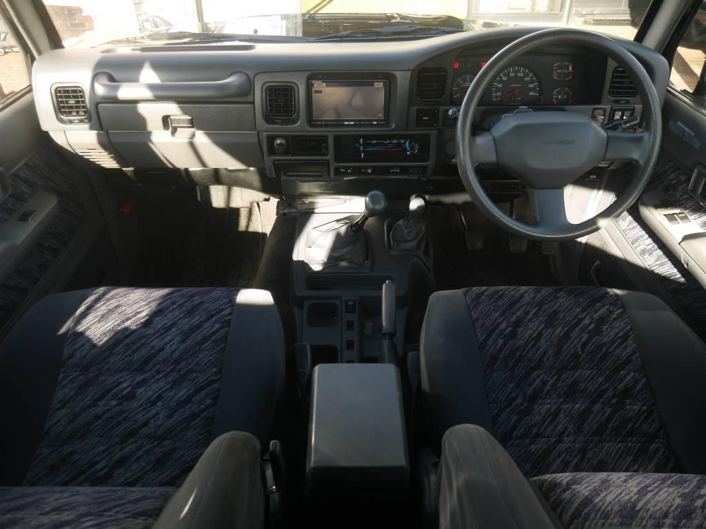 内装はとってもシンプルです!使い勝手も良くて運転が楽しくなりますね! | トヨタ ランドクルーザープラド 3.0 SXワイド ディーゼルターボ 4WD 5MTのショートボディー
