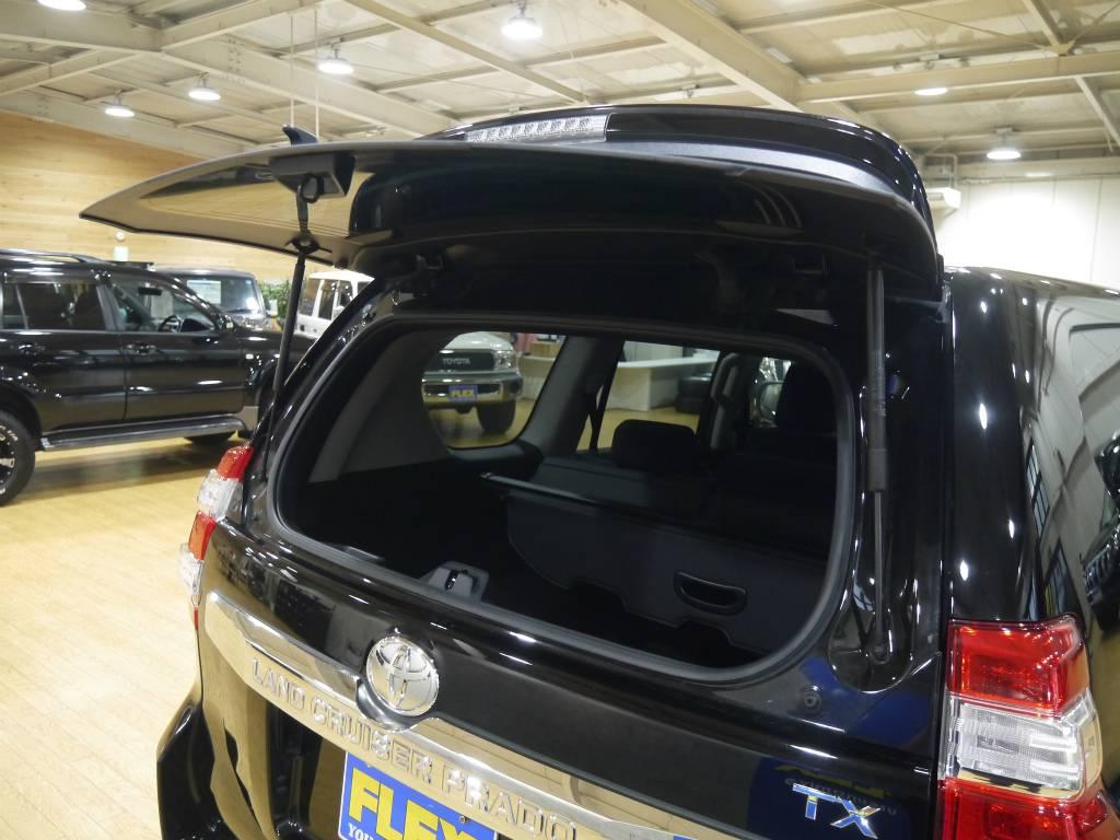 リアガラスの開閉が可能なのもプラドの特徴! | トヨタ ランドクルーザープラド 2.8 TX ディーゼルターボ 4WD