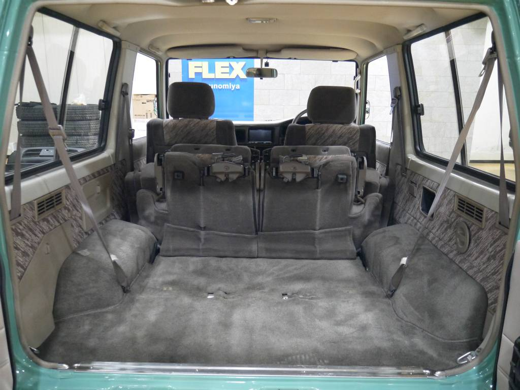 キャンプへ行く際にはここにたくさんの荷物を積んで出かけたいですね! | トヨタ ランドクルーザープラド 3.0 SX ディーゼルターボ 4WD