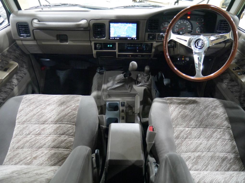 内装は希少な茶内装です!グレー内装と違い、明るさとオシャレ度がアップして人気です! | トヨタ ランドクルーザープラド 3.0 SX ディーゼルターボ 4WD