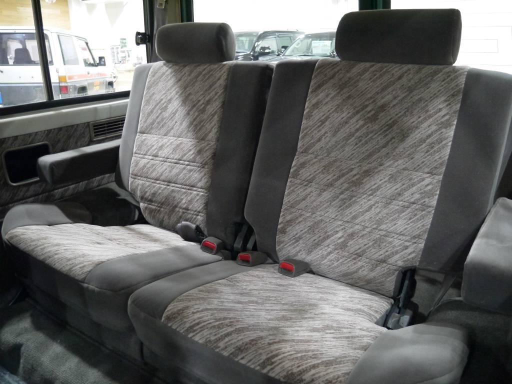 2ndシートは折り畳みも可能です!少しコンパクトサイズですが、大人が3人座れます! | トヨタ ランドクルーザープラド 3.0 SX ディーゼルターボ 4WD