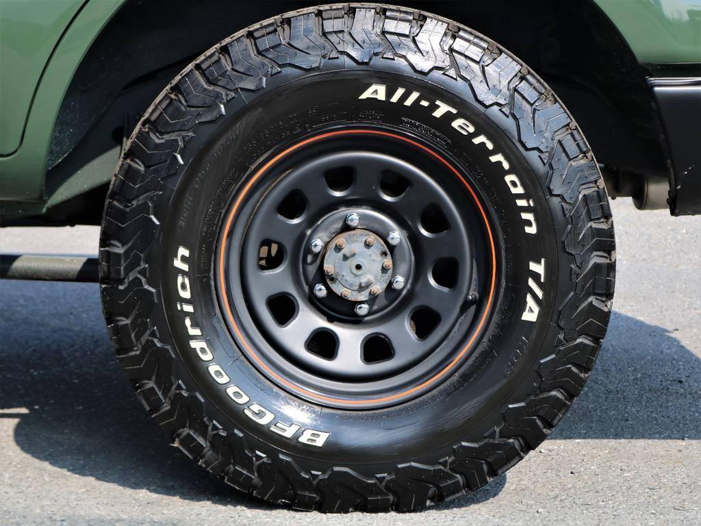 新品BF Goodrichのオールテレーンタイヤに鉄チンの組み合わせで荒々しさを出しております!アーミーグリーンにベストマッチです♪