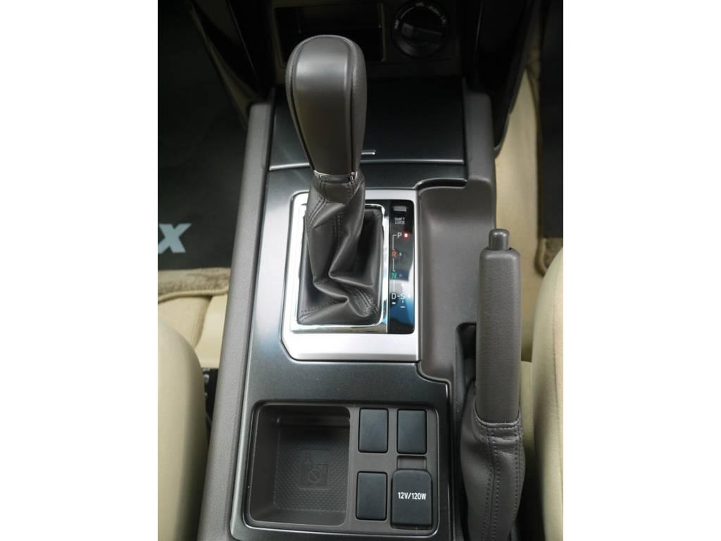 シフトノブもベージュ内装になりますとカラーが少し変わります。   トヨタ ランドクルーザープラド 2.7 TX 4WD ワンオーナー ベージュ内装