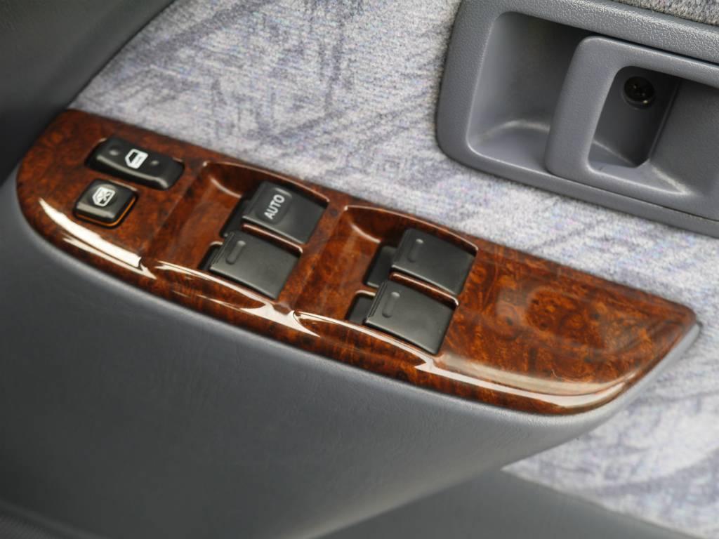 各種スイッチ類。木目調パネルが高級感を感じさせてくれますね! | トヨタ ランドクルーザープラド 2.7 TX リミテッド 4WD