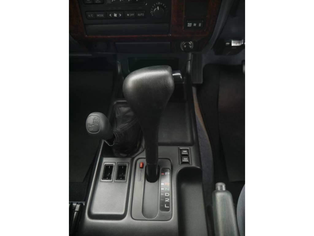 シフトノブは仮にハンドルをウッドステアリングにしたらこちらも統一させたりするとより高級感が引き立てられますね♪ | トヨタ ランドクルーザープラド 2.7 TX リミテッド 4WD