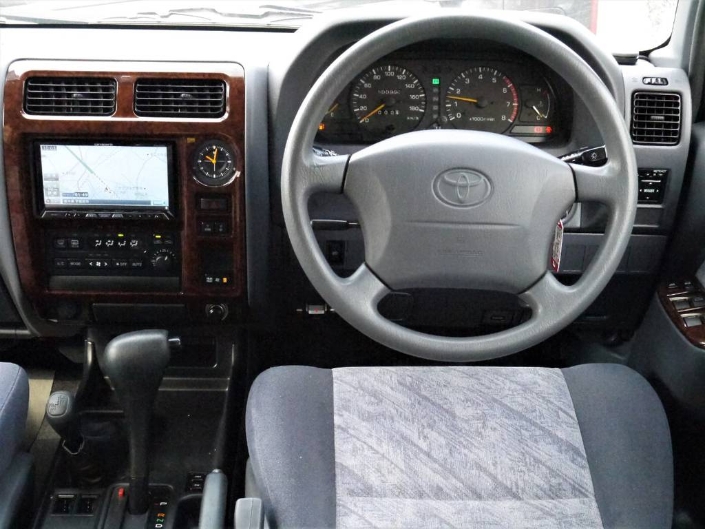 ハンドルは純正のままですよ♪他のハンドルへのカスタムも可能ですのでスタッフまでご相談下さい!   トヨタ ランドクルーザープラド 2.7 TX リミテッド 4WD