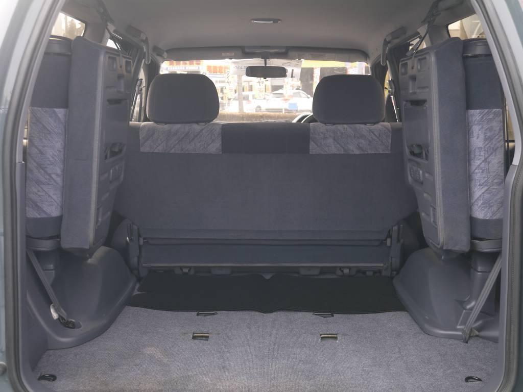 荷室は3列目シートを上げれば十分な広さがあります!もちろん3列目シートを外し構造変更する事で1ナンバー登録も可能です♪   トヨタ ランドクルーザープラド 2.7 TX リミテッド 4WD
