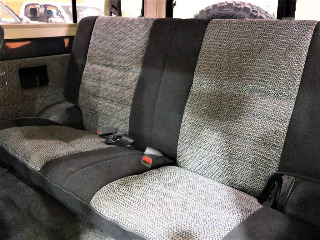 2ndシートは跳ね上げて荷室のスペースとして使うことができます!