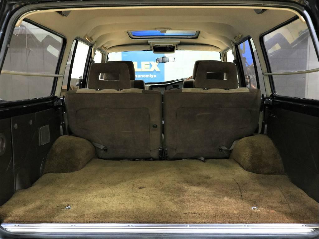 荷室は十分な広さもあり、2ndシートは跳ね上げればよりたくさんの荷物を積むことが出来ます♪   トヨタ ランドクルーザー60 4.0 VX ハイルーフ ディーゼルターボ 4WD