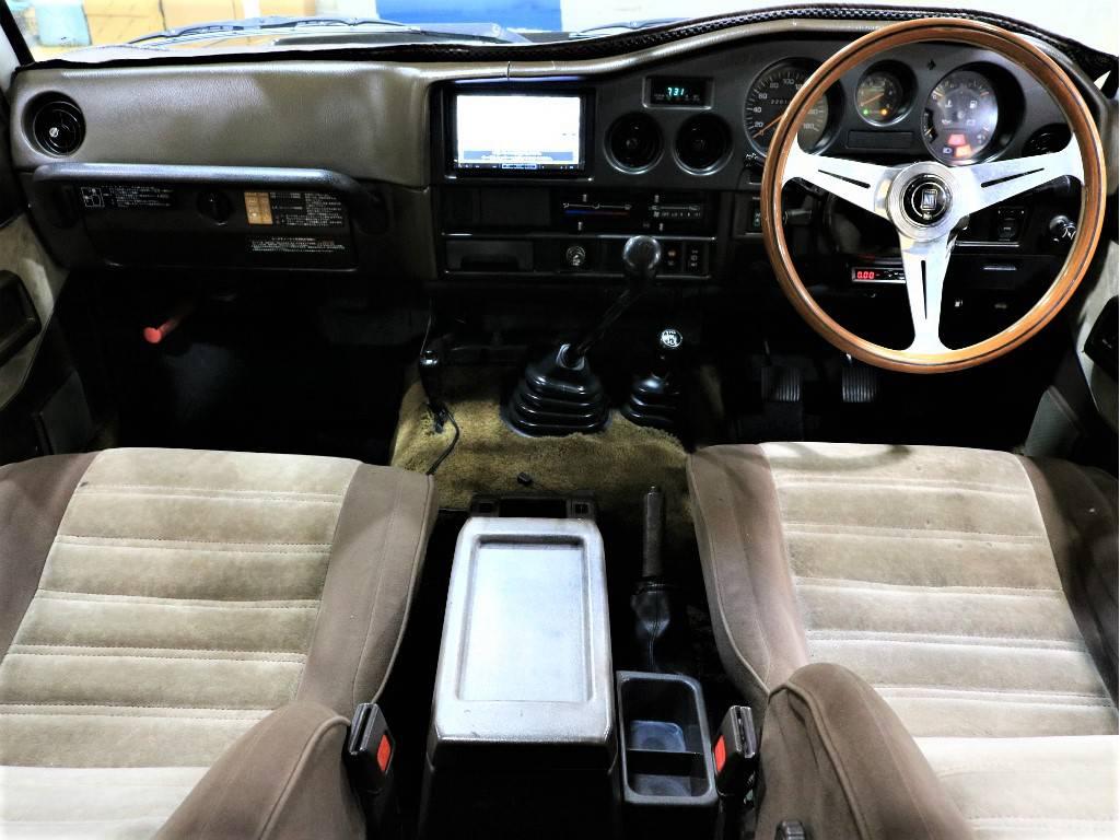 茶内装です!!当時のままのスタイルがよりレトロ感を引き立ててくれます♪   トヨタ ランドクルーザー60 4.0 VX ハイルーフ ディーゼルターボ 4WD