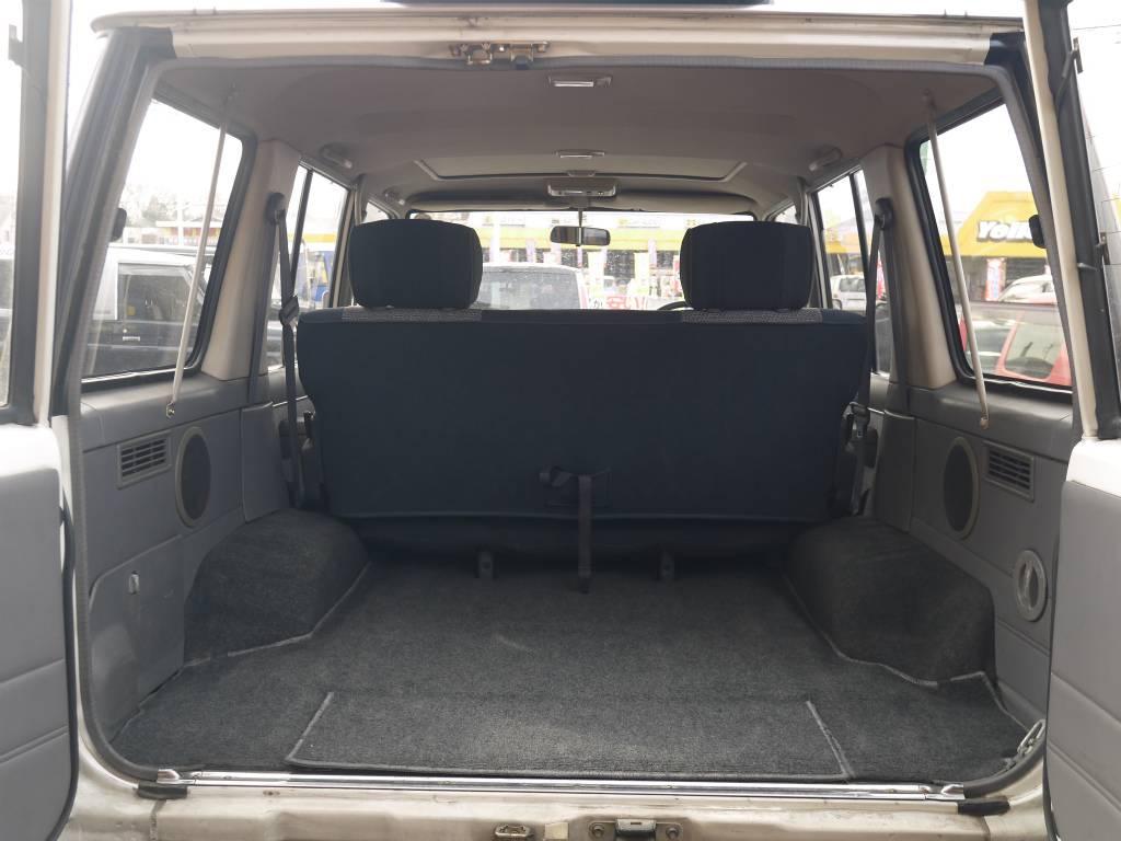 荷室は十分な広さがあります!荷物が増えたときは2ndシートを跳ね上げる事で更にスペースを作る事が出来ますね♪ | トヨタ ランドクルーザー70 4.2 ZX ディーゼル 4WD