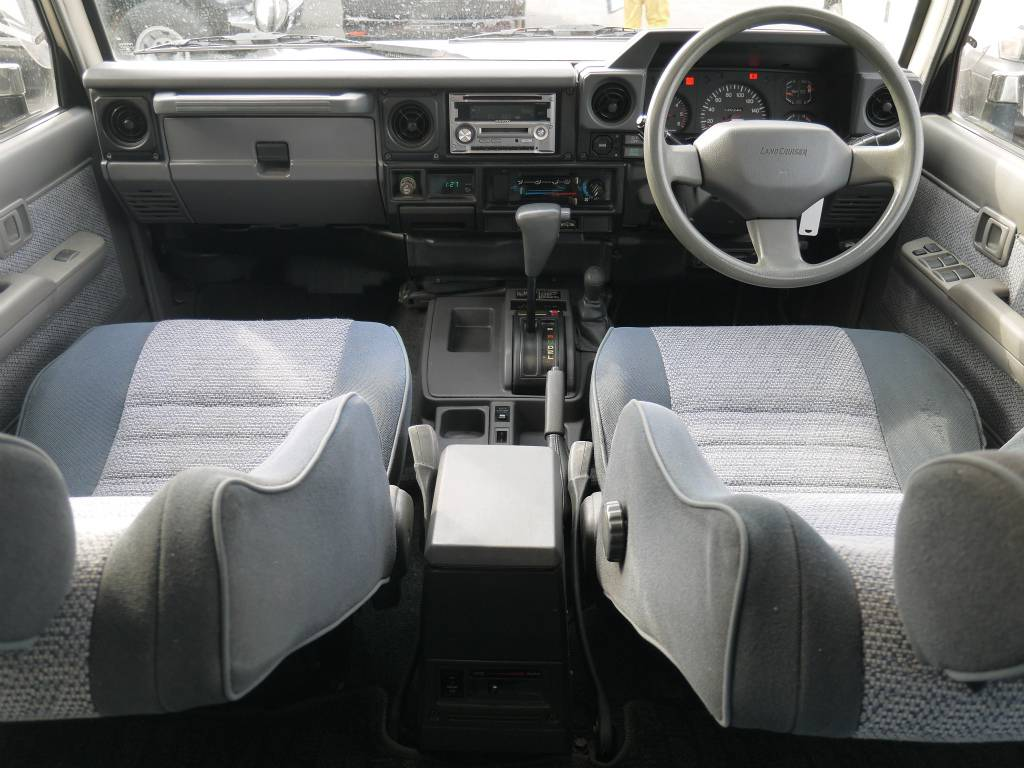 内装はとってもシンプルです!AT車という事もあり運転もしやすいですね♪ | トヨタ ランドクルーザー70 4.2 ZX ディーゼル 4WD