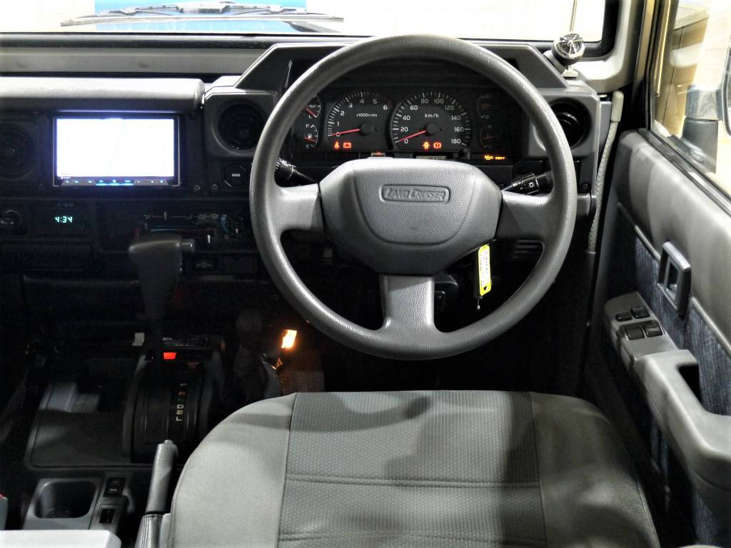 ハンドルは純正のままですよ♪ナルディーやその他ハンドルにもカスタム可能です!お気軽にスタッフまでご相談下さい!   トヨタ ランドクルーザー70 4.2 ZX FRPトップ ディーゼル 4WD