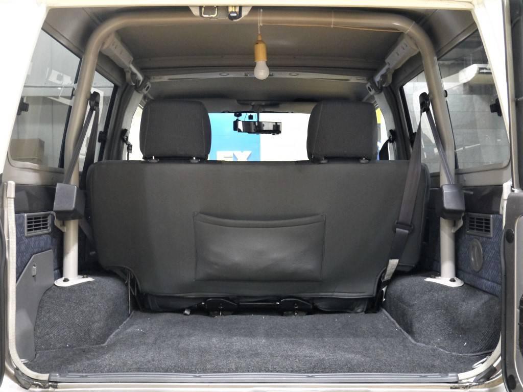 ミドルボディでも荷室は十分にあります!2列目シートを跳ね上げる事でより広く確保する事も可能です♪   トヨタ ランドクルーザー70 4.2 ZX FRPトップ ディーゼル 4WD