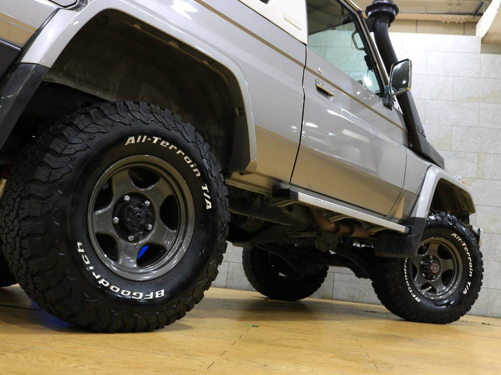 下からのアングルもカッコいいですね♪   トヨタ ランドクルーザー70 4.2 ZX FRPトップ ディーゼル 4WD
