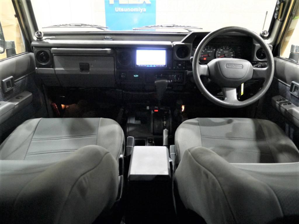 内装はシンプルでとても使いやすくなっております!両サイドにあるツイータースピーカーによって迫力のある音を聴くことが出来ます♪ | トヨタ ランドクルーザー70 4.2 ZX FRPトップ ディーゼル 4WD
