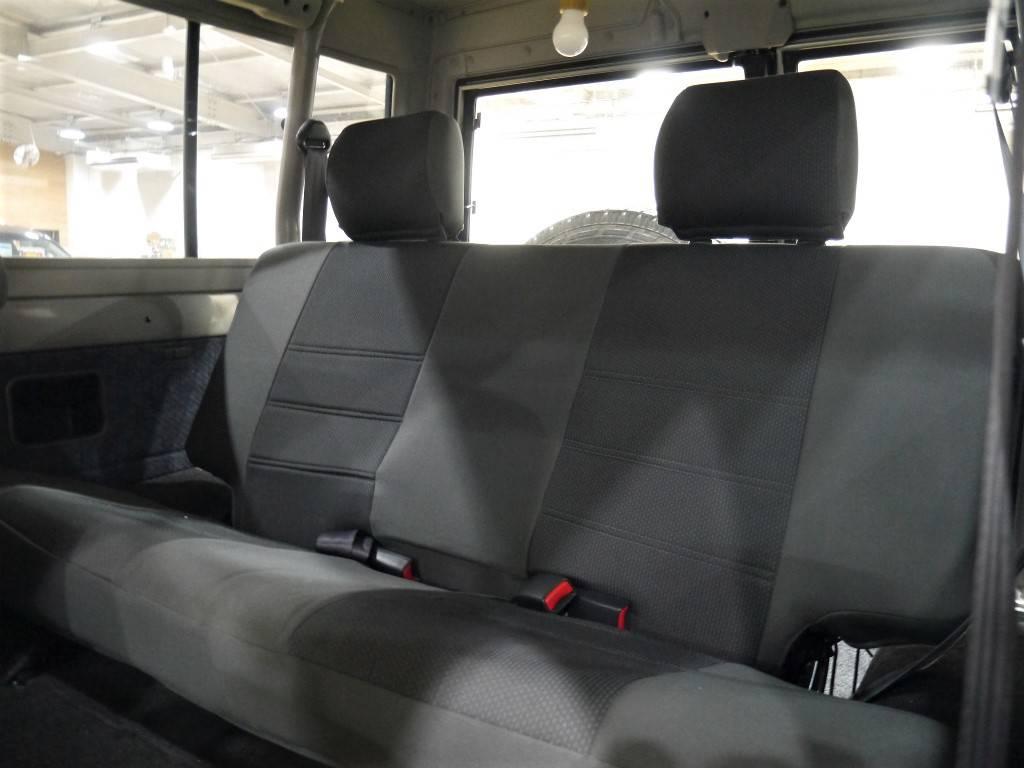 2列目シートは跳ね上げが可能です! | トヨタ ランドクルーザー70 4.2 ZX FRPトップ ディーゼル 4WD