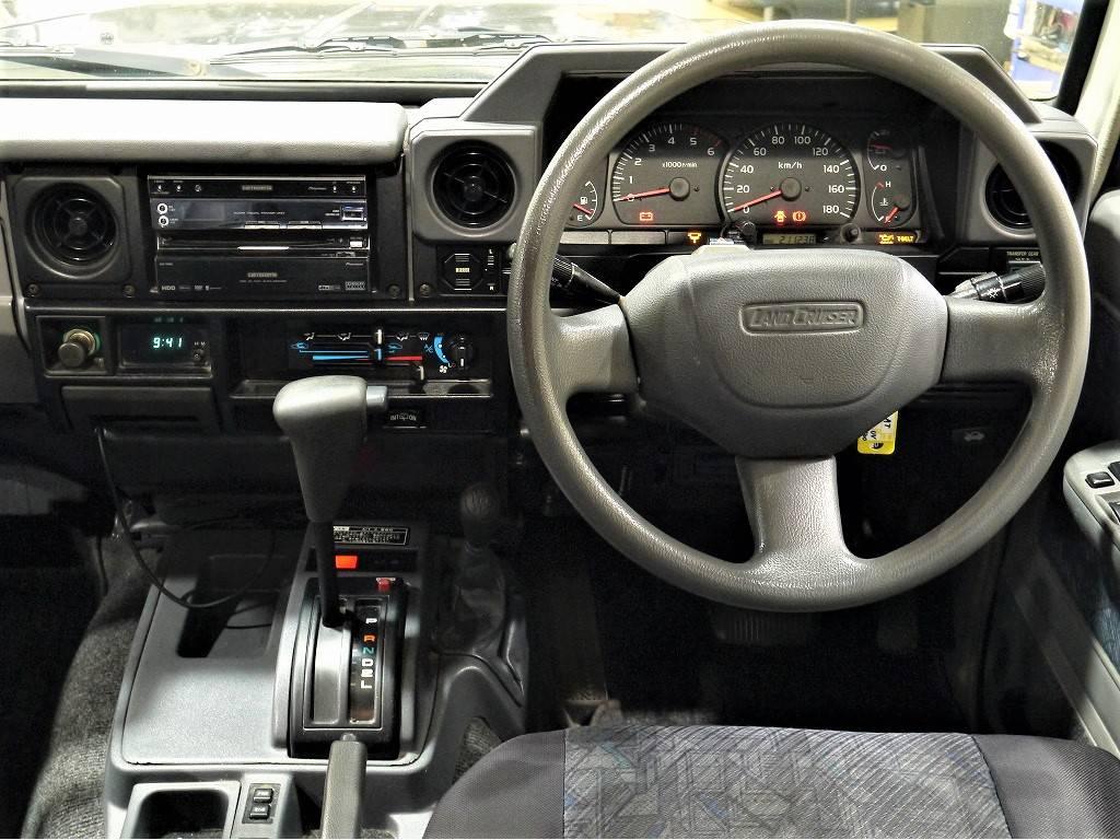 内装はとってもシンプルなデザインですが、難しい操作もなく、とても使いやすいですよ♪   トヨタ ランドクルーザー70 4.2 ZX ディーゼル 4WD