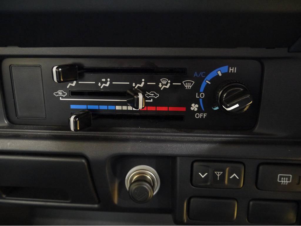 昔ながらのデザインがそのまま残っているエアコンパネル! | トヨタ ランドクルーザー70