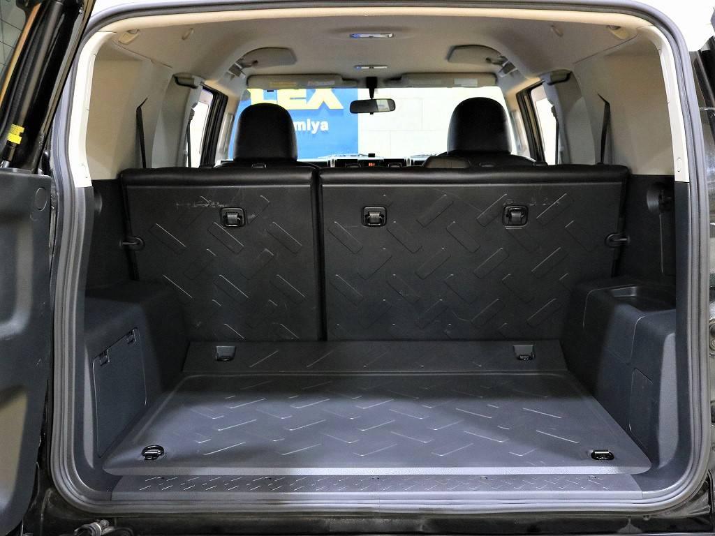 荷室は樹脂パーツでできている為、ある程度の汚れは水拭きでサッとキレイになります♪ | トヨタ FJクルーザー 4.0 ブラックカラーパッケージ 4WD