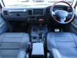 車内はグレーを基調に、ハンドル・シフトノブとウッドパーツが盛り込まれ落ち着きのある印象です!運転中いちばん目に付く部分ですので雰囲気が大事ですよね?