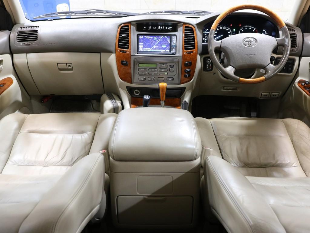 車内はウッド調でGセレクションならではの高級感をご堪能頂けます。