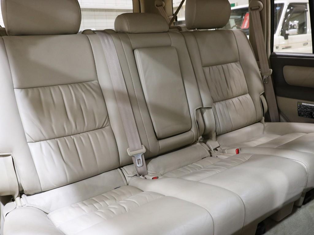 後部座席ももちろん本革シートになっております!大人の方でもゆったりとお乗り頂けるスペースもございます♪