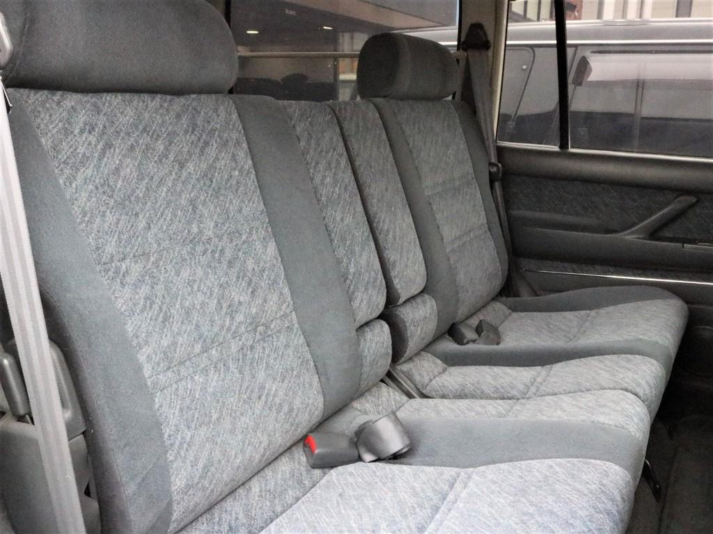 セカンドシートは大人が広々と座れるスペースがございます♪