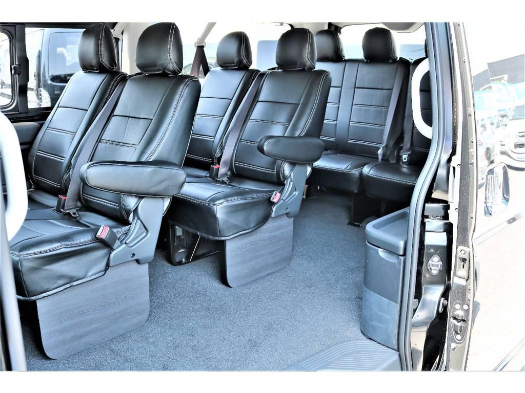 全席黒革調シートカバーシートカバーをインストールしております!後席は黒木目調フットパネルで加飾しました!