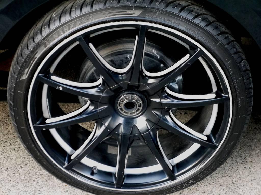 足元にはファブレス パンデミックLW-10 20インチアルミをセット!! | トヨタ ハイエースバン 3.0 スーパーGL ロング ディーゼルターボ ブラックカスタム