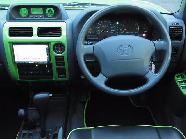 センターコンソールパネルもボディ同色ペイント | トヨタ ランドクルーザープラド 2.7 TX リミテッド 4WD COLORBOMB グリーン