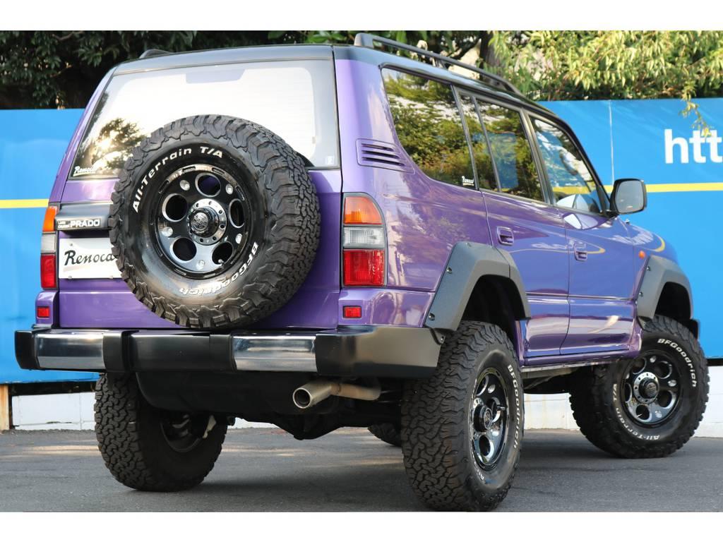 背面タイヤ付きが四駆らしいワイルドさを演出 | トヨタ ランドクルーザープラド 2.7 TX リミテッド 4WD COLORBOMB パープル