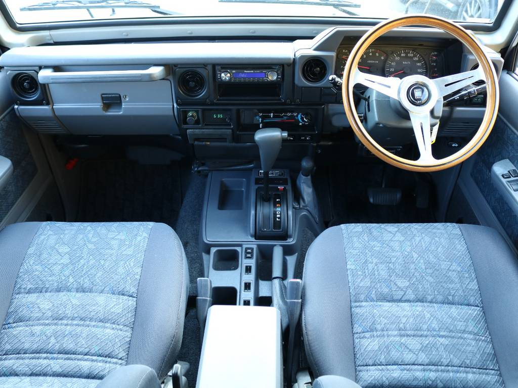 70系特有の機能性重視のシンプルなインパネ回り★目立った汚れや傷も無く良いコンディションとなっております♪ | トヨタ ランドクルーザー70 4.2 ZX ディーゼル 4WD 低走行74 フェンダーミラー ブラV